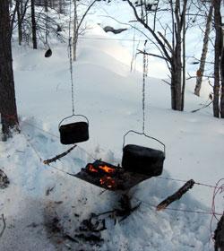 Костер в лыжном походе лучше делать на специальной сетке